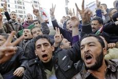 La foule chante des slogans inspirés des manifestations tunisiennes et égyptiennes